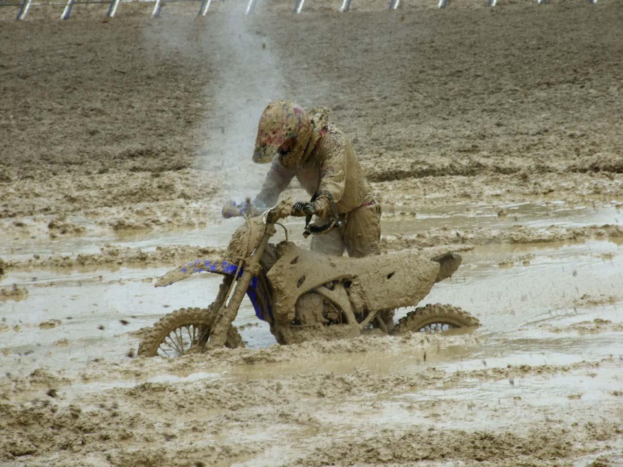 jazda motocyklem w błocie